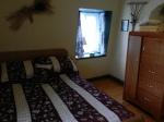 Conter fleurette : notre chambre dans son plus simple appareil, lit double et salle de bain partagée